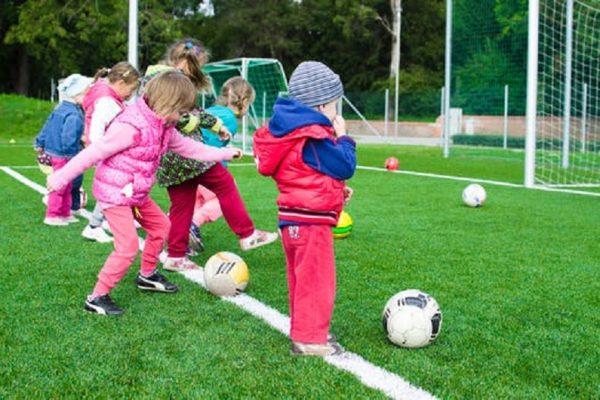 Barn på fotbollsträning